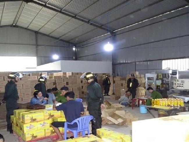 Lãnh đạo Công an Đồng Nai trực tiếp bắt xưởng nước ngọt dỏm - ảnh 1