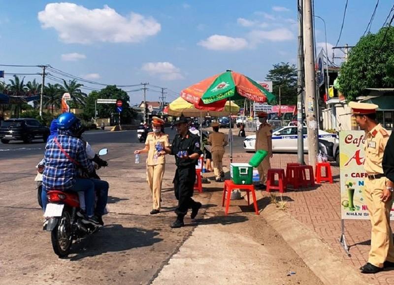 CSGT tỉnh Đồng Nai tặng nước, khăn lạnh cho người đi đường - ảnh 1