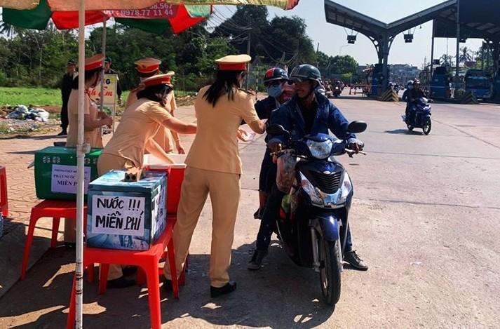 CSGT tỉnh Đồng Nai tặng nước, khăn lạnh cho người đi đường - ảnh 2