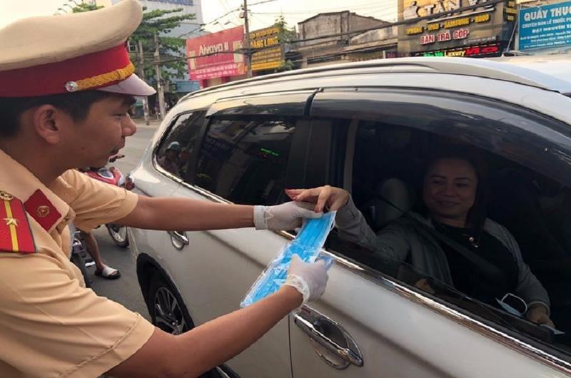CSGT Đồng Nai góp tiền mua 100.000 khẩu trang cho dân - ảnh 1