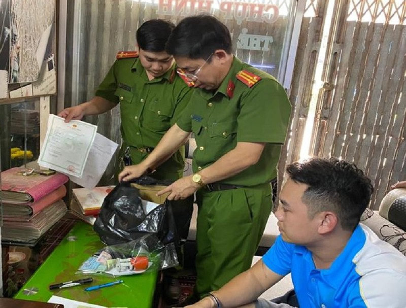 Đồng Nai: Chủ tiệm áo cưới làm giả hơn 500 giấy tờ - ảnh 1