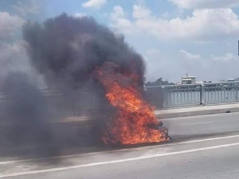 Xe máy bất ngờ bốc cháy dữ dội giữa cầu  - ảnh 1