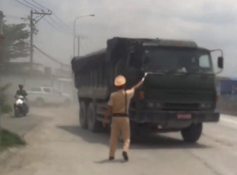 CSGT Đồng Nai truy bắt xe ben nghi gắn biển đỏ giả - ảnh 1