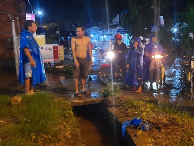 Đồng Nai: Mưa lớn, một phụ nữ bị nước cuốn mất tích - ảnh 1