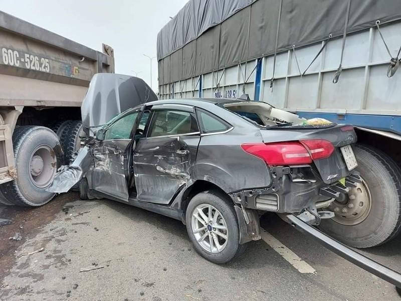 Đồng Nai: Kinh hãi ô tô 4 chỗ bẹp nát giữa xe ben và xe tải - ảnh 1