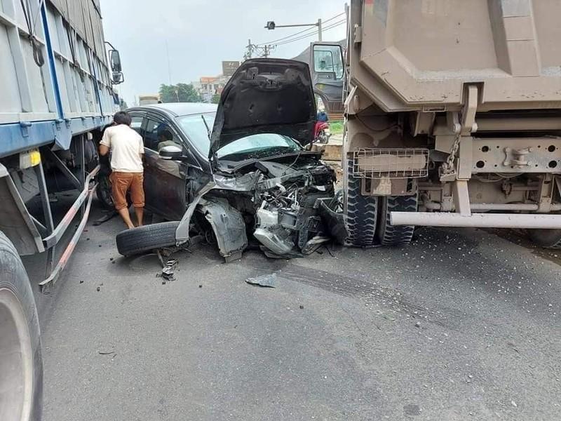 Đồng Nai: Kinh hãi ô tô 4 chỗ bẹp nát giữa xe ben và xe tải - ảnh 2