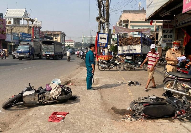 Xe tải lao vào vỉa hè ở Đồng Nai làm 2 người bị thương - ảnh 1