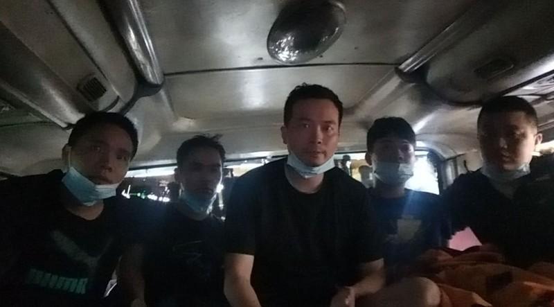 Phát hiện 5 người Trung Quốc trốn trong thùng hàng xe khách - ảnh 1