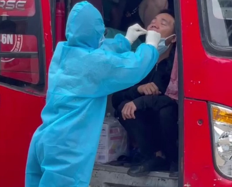 Phát hiện 5 người Trung Quốc trốn trong thùng hàng xe khách - ảnh 2