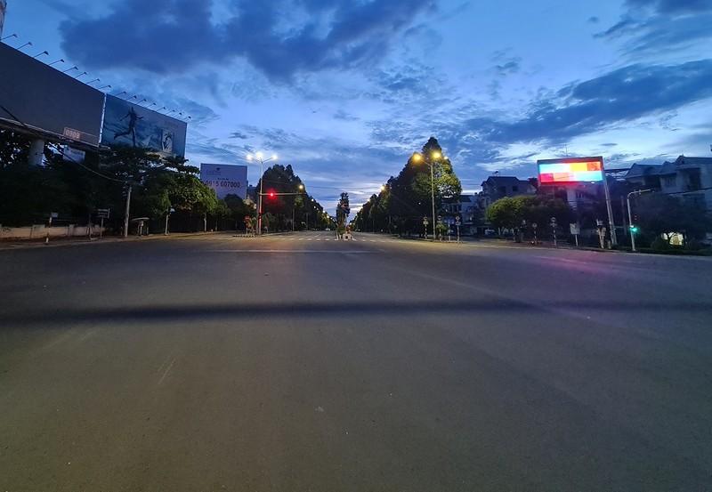 Hình ảnh đường phố vắng lặng của TP Biên Hòa sau 18 giờ - ảnh 5