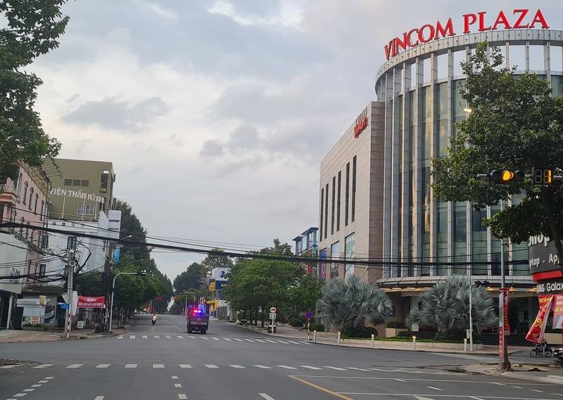 Hình ảnh đường phố vắng lặng của TP Biên Hòa sau 18 giờ - ảnh 3