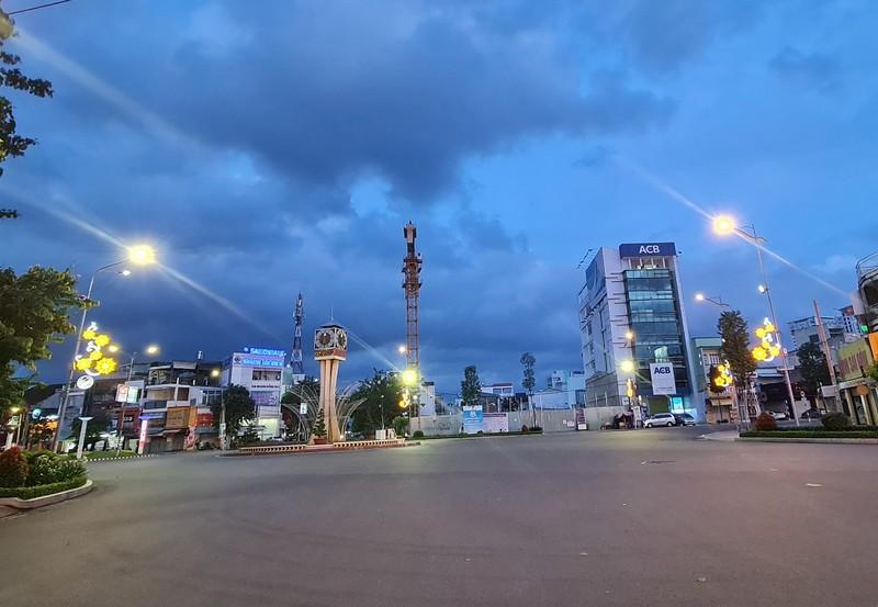 Hình ảnh đường phố vắng lặng của TP Biên Hòa sau 18 giờ - ảnh 1