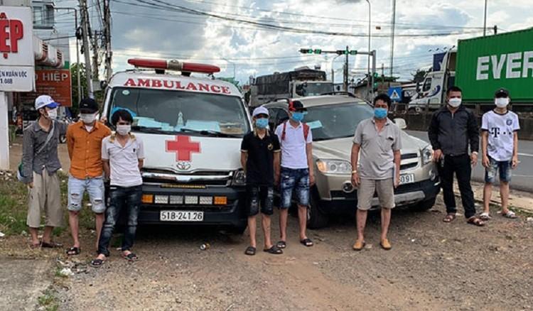 Dùng xe cấp cứu chở 6 người vượt chốt kiểm dịch ở Đồng Nai để về quê - ảnh 1