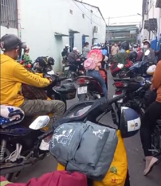 Người dân trong vùng dịch ở Đồng Nai tụ tập đòi về quê - ảnh 2
