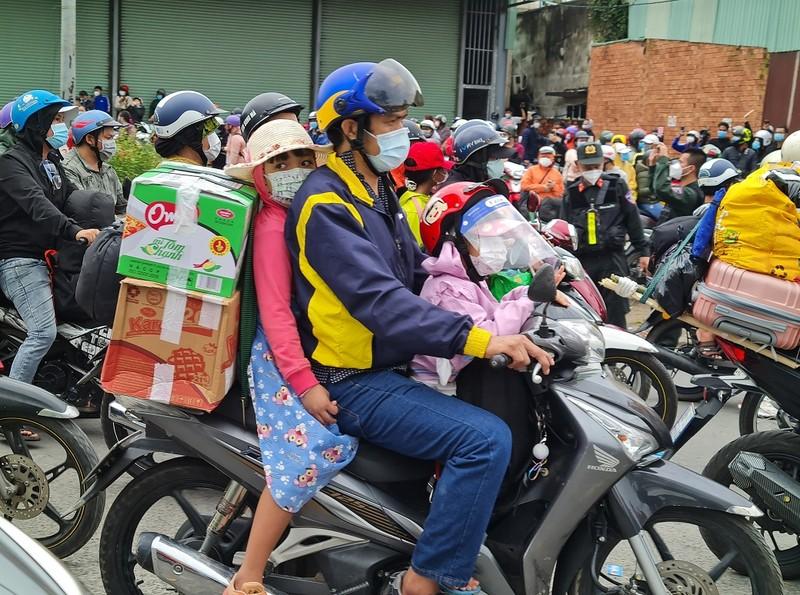 Sáng 2-10, khoảng 3.000 người ở Đồng Nai chạy xe máy về quê - ảnh 1