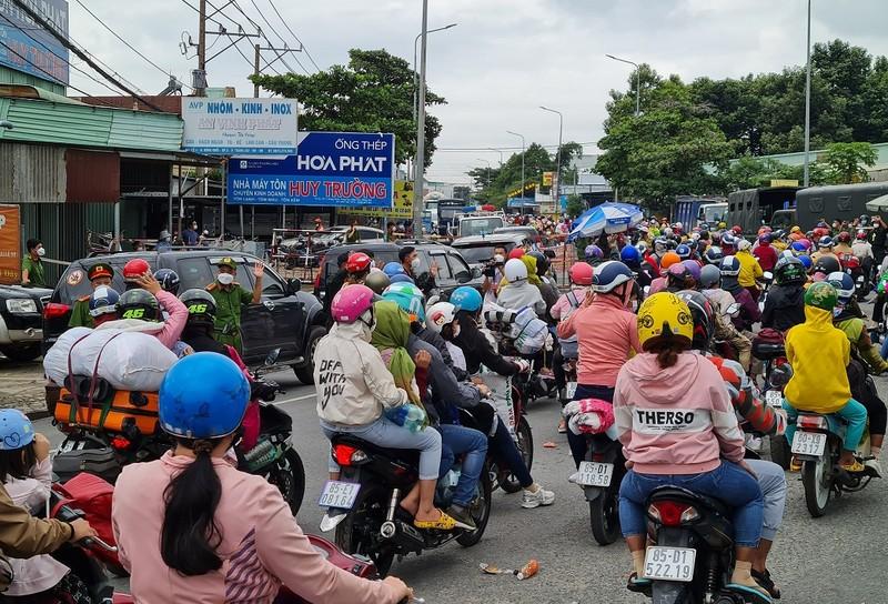 Sáng 2-10, khoảng 3.000 người ở Đồng Nai chạy xe máy về quê - ảnh 2