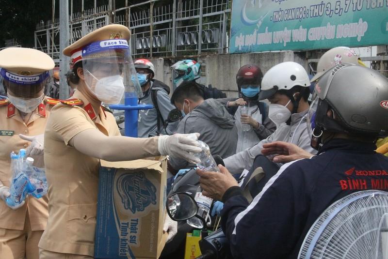 Đồng Nai đón hơn 2.300 người bị 'kẹt' ở TP.HCM, Bình Dương trở về  - ảnh 3