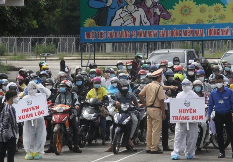 Đồng Nai đón hơn 2.300 người bị 'kẹt' ở TP.HCM, Bình Dương trở về  - ảnh 4