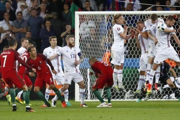 Ronaldo: 'Iceland xấu chơi, đặt xe buýt trước cầu môn' - ảnh 1