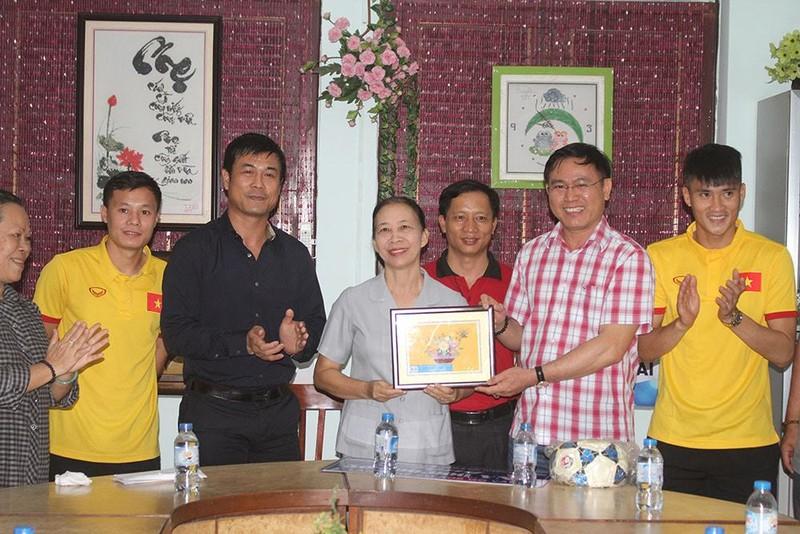 Thầy trò HLV Hữu Thắng chia sẻ cùng trẻ em làng SOS - ảnh 3