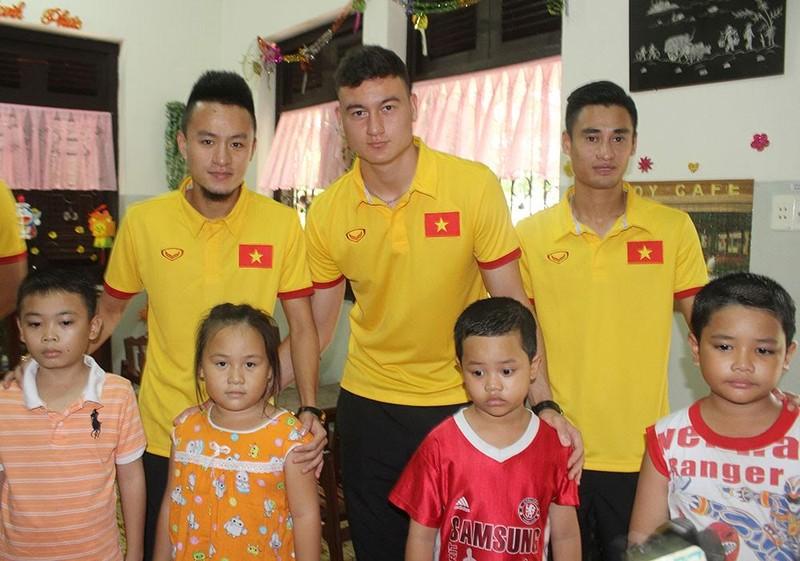 Thầy trò HLV Hữu Thắng chia sẻ cùng trẻ em làng SOS - ảnh 6