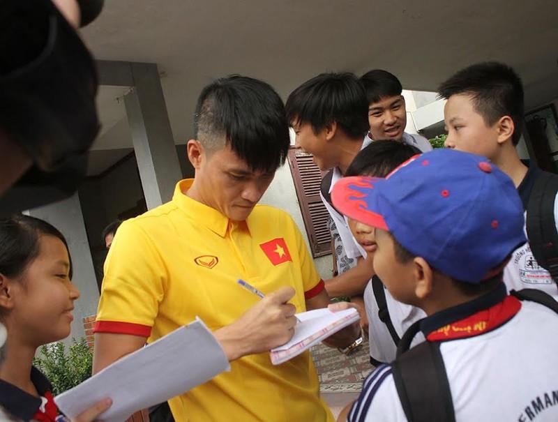 Thầy trò HLV Hữu Thắng chia sẻ cùng trẻ em làng SOS - ảnh 5