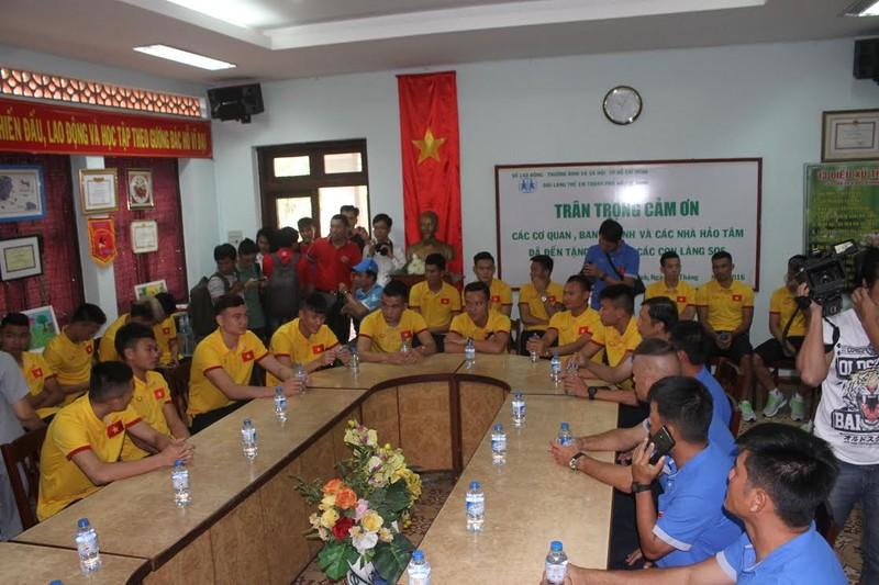 Thầy trò HLV Hữu Thắng chia sẻ cùng trẻ em làng SOS - ảnh 7