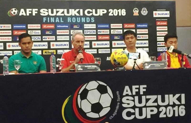 Thầy Riedl và trò Hữu Thắng trogn cuộc họp báo trước trận đấu