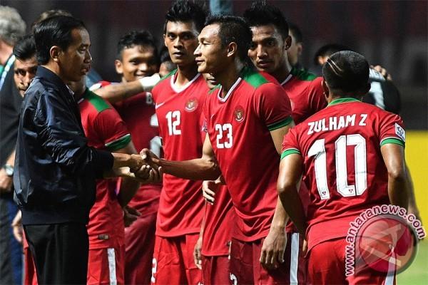 Tổng thổng Widodo xuống sân chúc mừng tuyển Indonesia - ảnh 1