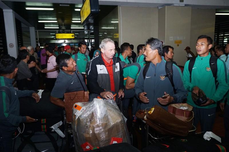 Tuyển Indonesia tại sân bay