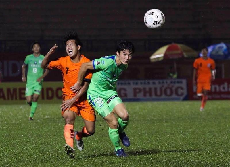 Pha va chạm giữa Thanh Hải (cam) với cầu thủ Nhật