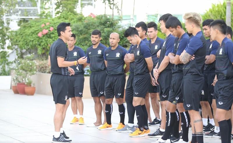 Muốn nâng tầm bóng đá Việt, hãy học Thái Lan, Singapore - ảnh 1