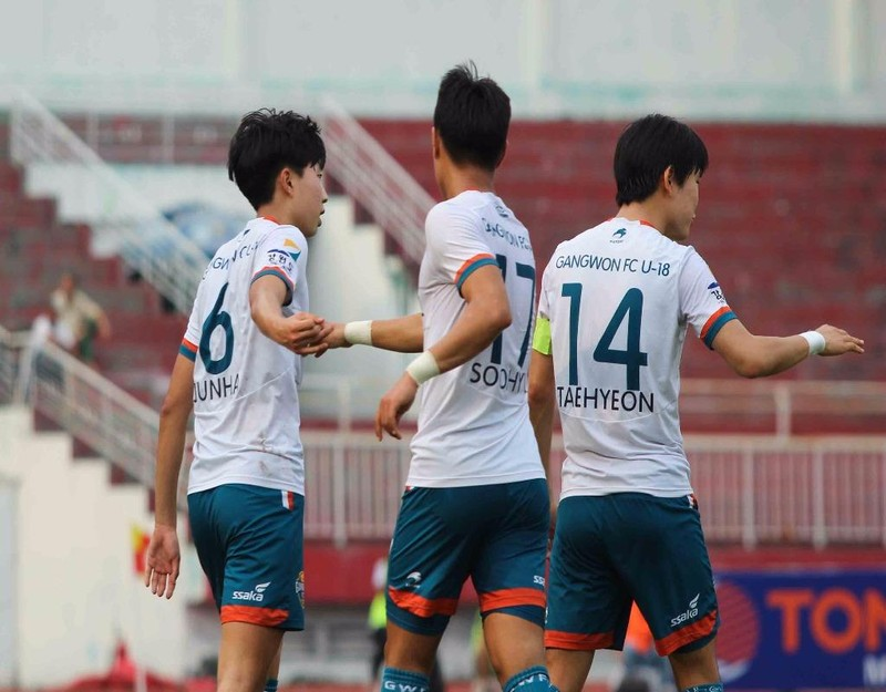Đồng đội ăn mừng bàn thắng cùng Park Ju Nha