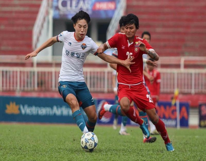 Park Ju Nha (trái) trong pha bóng ăn bàn