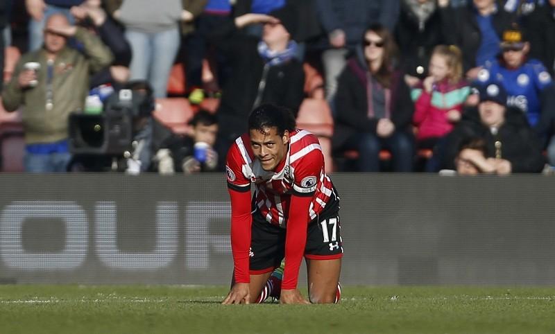 Van Dijk hãy nhìn Vardy ghi bàn, Ibra lại chấn thương - ảnh 2