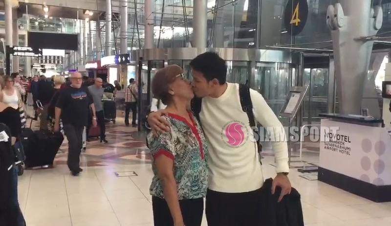 Sốc: Thủ môn số 1 Thái Lan hôn môi... mẹ ở sân bay - ảnh 2