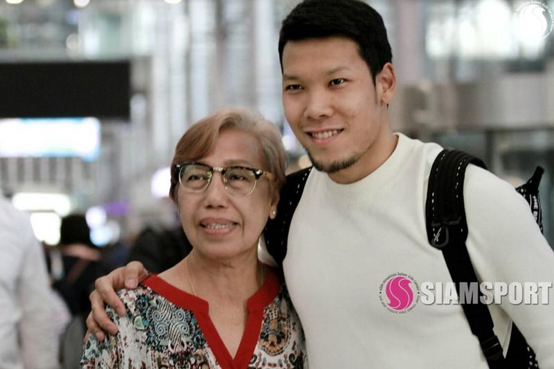 Sốc: Thủ môn số 1 Thái Lan hôn môi... mẹ ở sân bay - ảnh 3