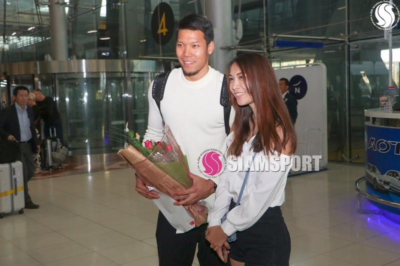 Sốc: Thủ môn số 1 Thái Lan hôn môi... mẹ ở sân bay - ảnh 5