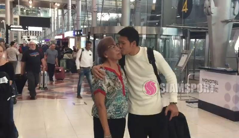 Sốc: Thủ môn số 1 Thái Lan hôn môi... mẹ ở sân bay - ảnh 1