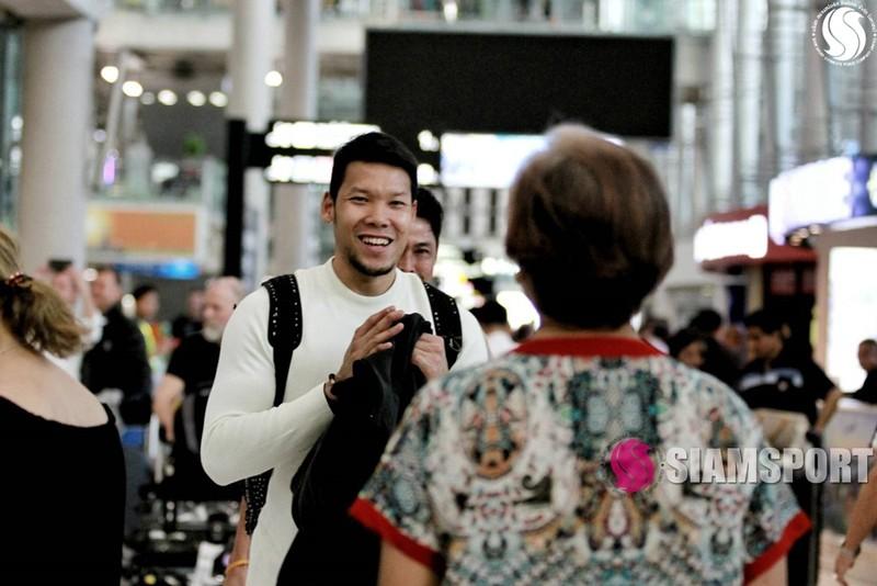 Sốc: Thủ môn số 1 Thái Lan hôn môi... mẹ ở sân bay - ảnh 8