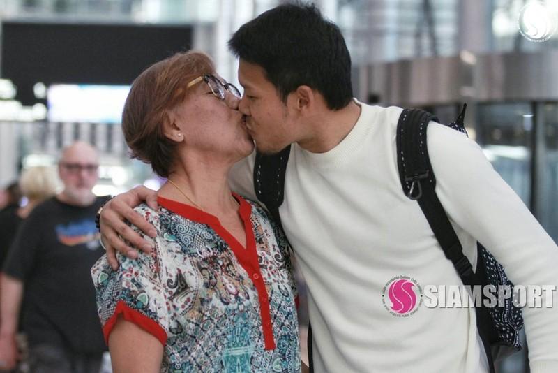 Sốc: Thủ môn số 1 Thái Lan hôn môi... mẹ ở sân bay - ảnh 10