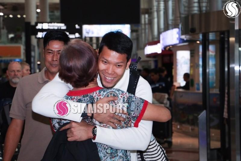 Sốc: Thủ môn số 1 Thái Lan hôn môi... mẹ ở sân bay - ảnh 6