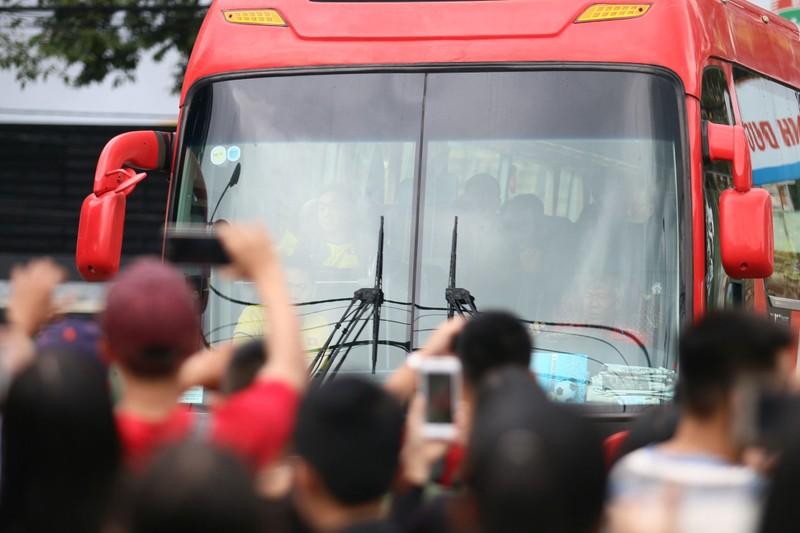 Fan la hét, chào đón Olympic Việt Nam ở Bình Dương - ảnh 2