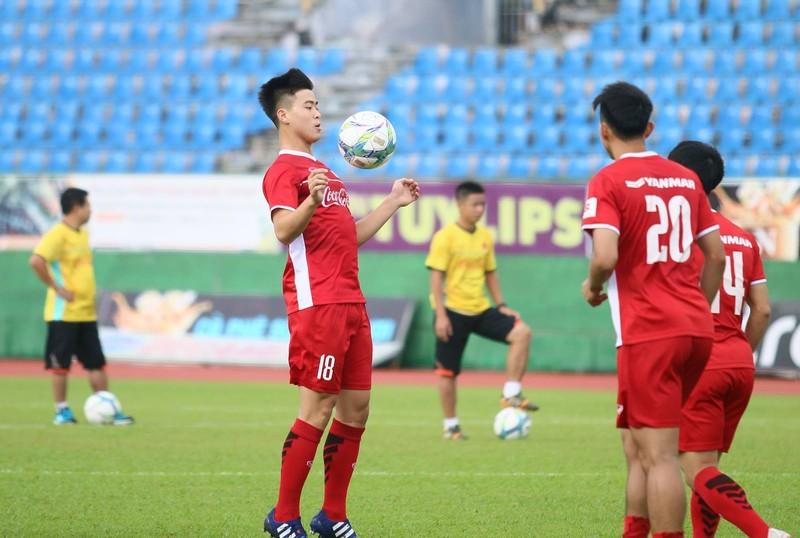 Fan la hét, chào đón Olympic Việt Nam ở Bình Dương - ảnh 1