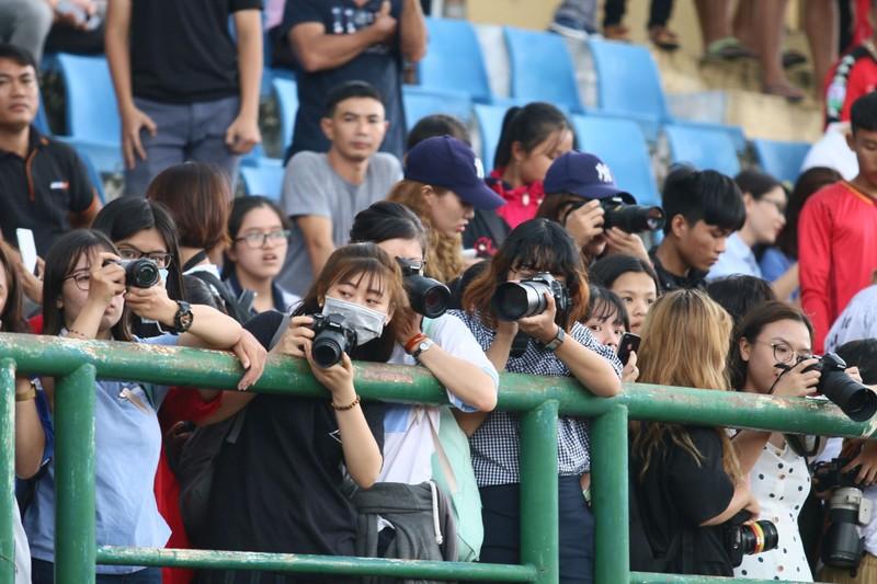 Fan la hét, chào đón Olympic Việt Nam ở Bình Dương - ảnh 4