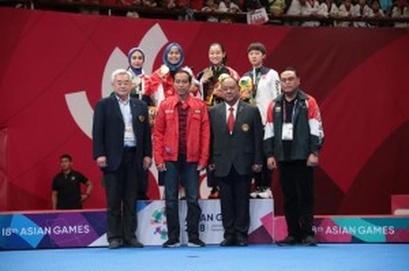 Tổng thống Widodo trực tiếp trao HCV đầu tiên cho chủ nhà - ảnh 2