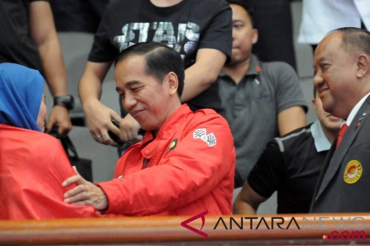 Tổng thống Widodo trực tiếp trao HCV đầu tiên cho chủ nhà - ảnh 1