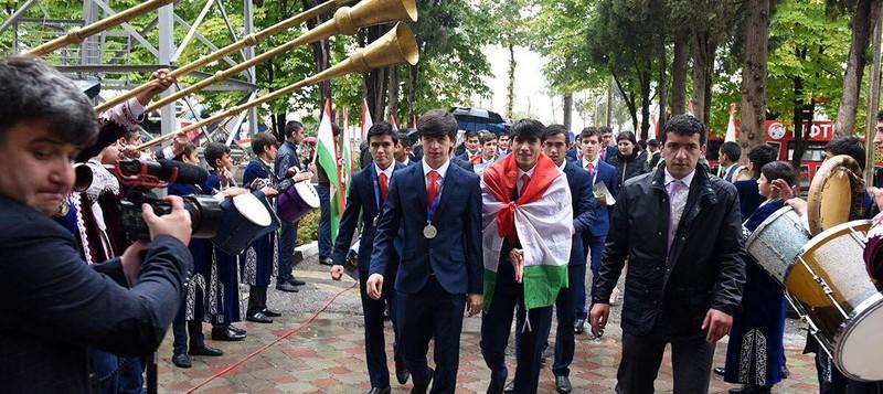 Như U-23 VN, 'biển người' chào đón U-16 Tajikistan ở quê nhà - ảnh 1