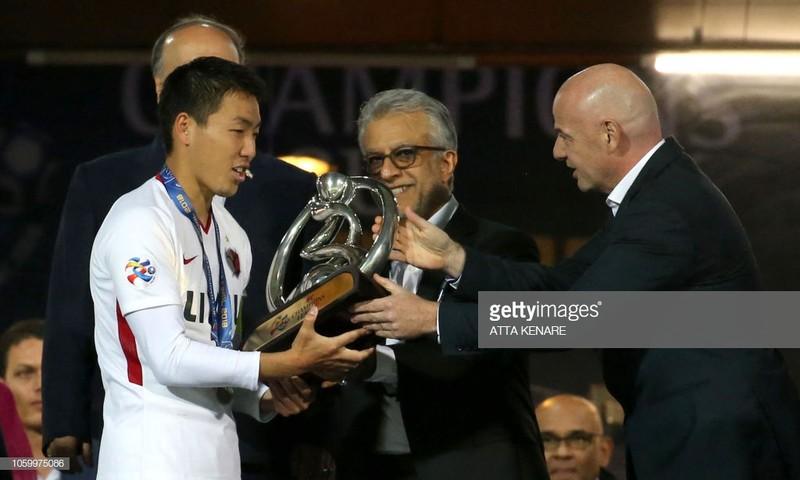 Chủ tịch FIFA chứng kiến cúp ở lại với người Nhật