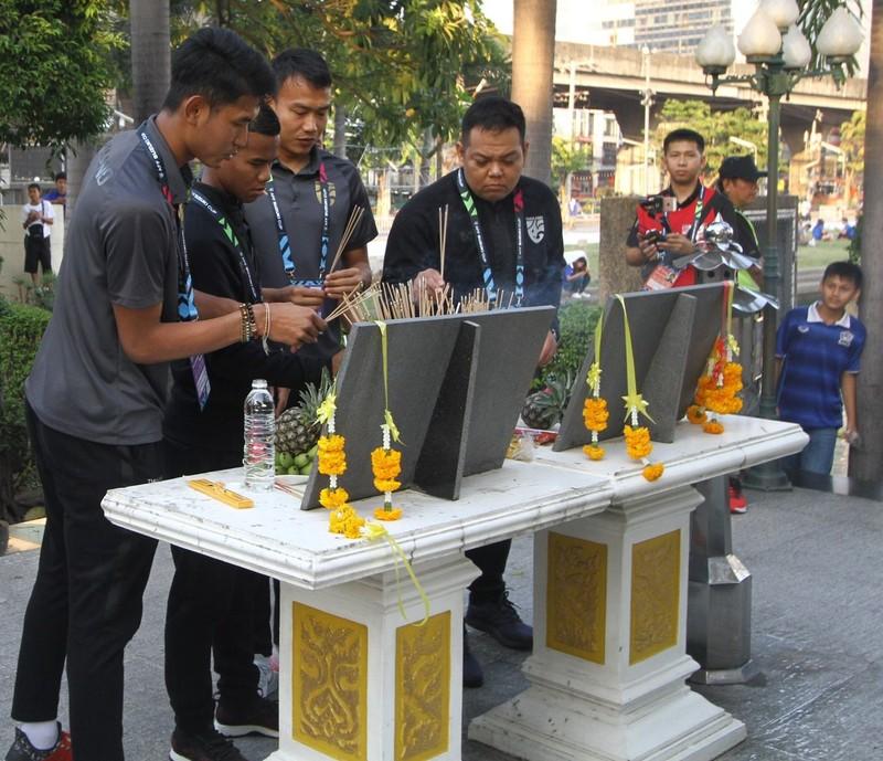 Tuyển Thái thắp nhang cầu nguyện trước khi đá với Singapore - ảnh 6